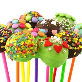 Cake Pop, dekorierte Süßigkeit vor weissem Hintergrund